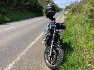 路肩にバイク駐車