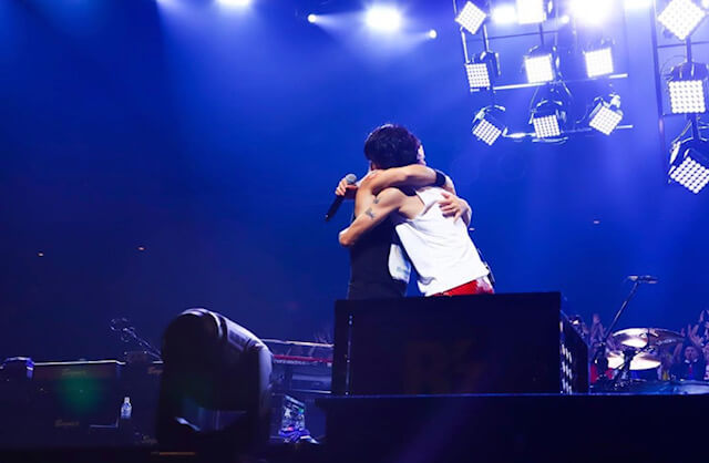 抱き合う二人