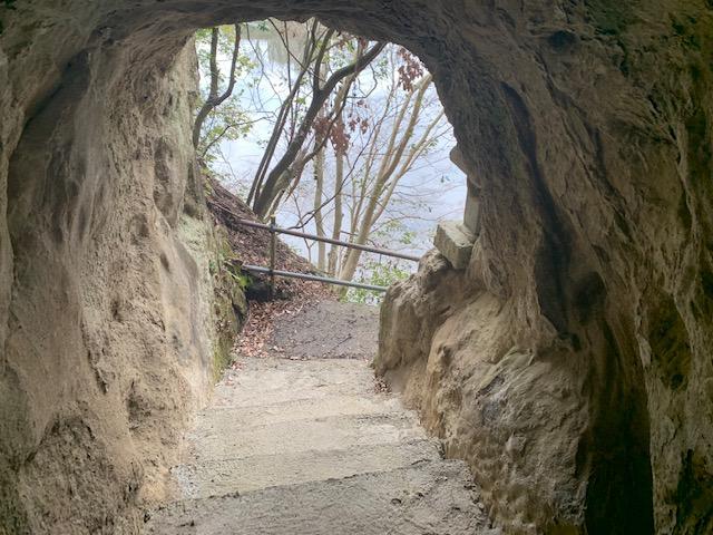 トンネルの横穴