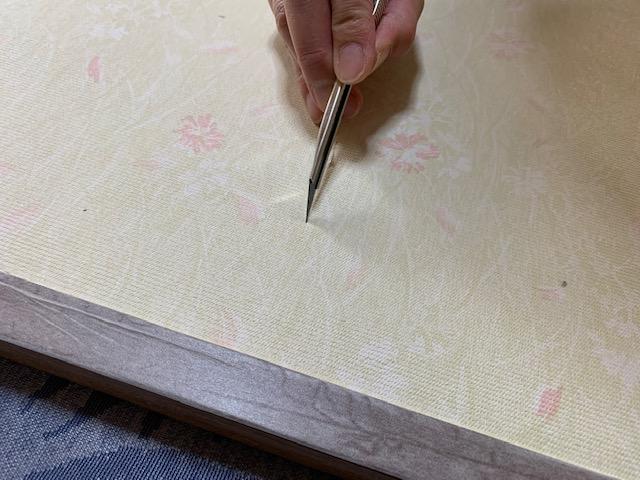 引き手部分のふすま紙をカット